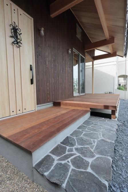 玄関アプローチが美しい家
