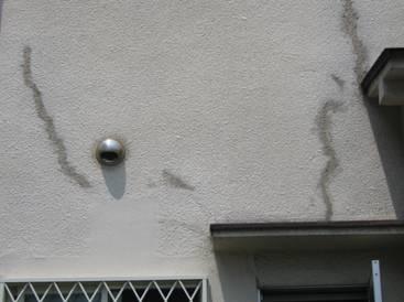 モルタルに亀裂が入り補修している外壁
