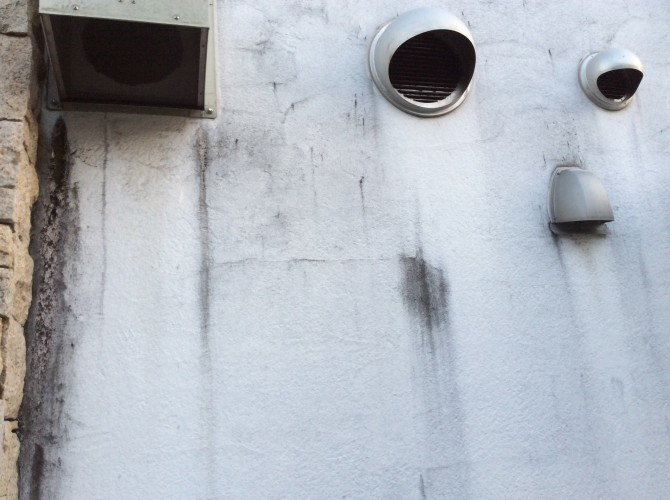 漆喰の外壁に汚れ