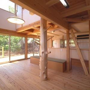 太い丸太柱の家