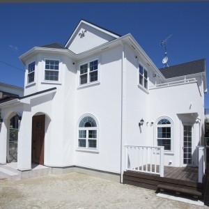 白く美しい漆喰の家