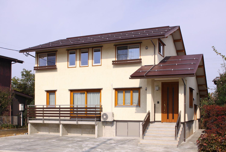 木製窓枠がお洒落な家