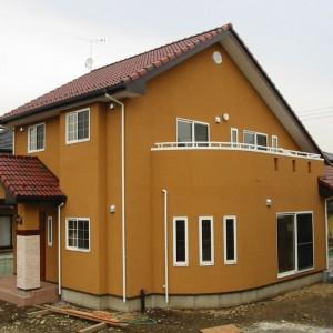 赤い屋根の北欧風住宅